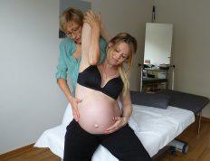 schwangere Frau in der Behandlung von osteopathie